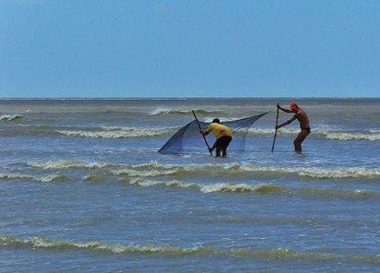 Vissers vestigden een net in Jericoacoara, Brazilië.