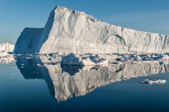 De Jakobshavn-gletsjer van Groenland pikt snelheid naar de oceaan