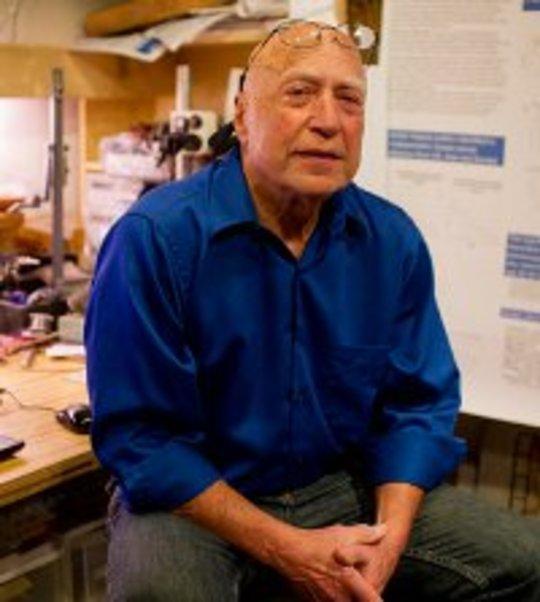Kreftoverlevende Michael Retsky er blant en gruppe forskere som undersøker et billig smertestillende middel som kan forhindre tilbakefall av brystkreft, men mangler det kommersielle potensialet for å få en stor klinisk prøve. (Matthew Healey for ProPublica)