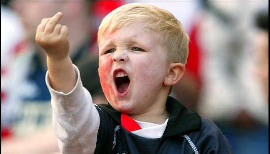 Tại sao trẻ em lại có thái độ thù địch khi chúng mong đợi sự thù địch?