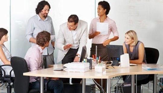 Офисные работники должны встать со своего стола в течение двух часов в день