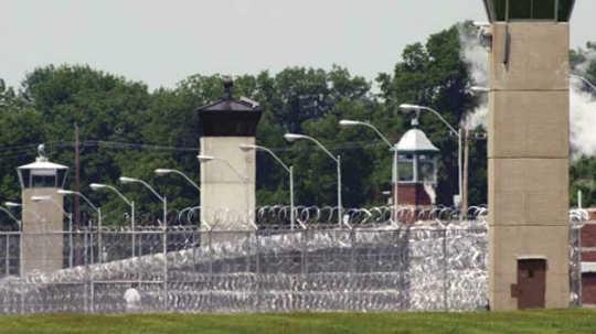 Hvorfor er der så mange mennesker i amerikanske fængsler?