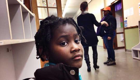 ¿La cantidad de alcance de los maestros se ve afectada por los estereotipos raciales de los estudiantes?