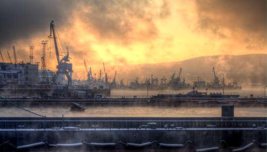 मरमेन्स्क, रूस के पास 300,000 निवासी हैं और आर्कटिक सर्कल का सबसे बड़ा शहर उत्तर है यूना, सीसी बाय