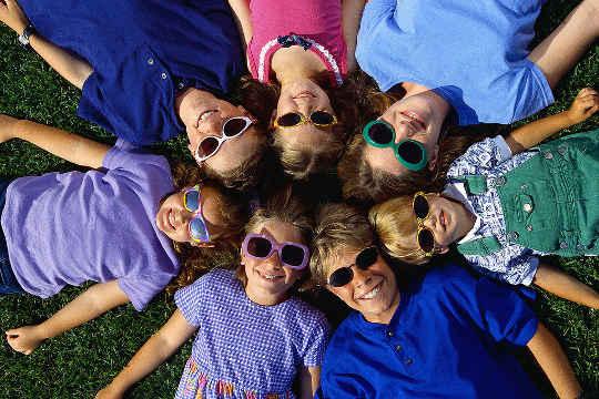 क्या यह आपकी आंखों को नुकसान पहुंचाएगा यदि आप धूप का चश्मा पहनना नहीं चाहते हैं?