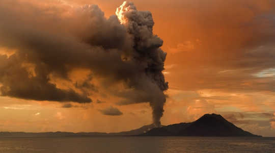 Ash and pumice belching from volcanic eruptions – such as Mount Tavurvur in Papua New Guinea – trigger climate change. Image: Taro Taylor via Wikimedia Commons