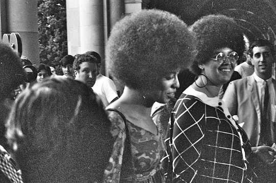 Angela Davis (senter) i oktober 1969. GeorgeLouis, CC BY