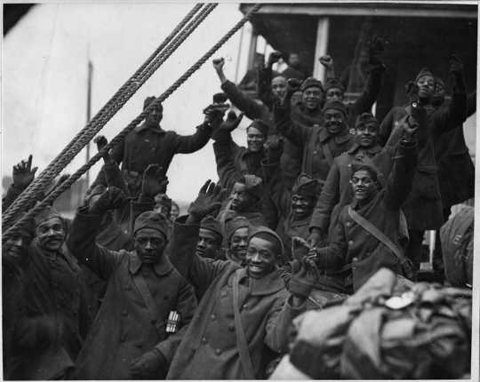 Svarta soldater från 369th infanteriet återvänder från världskrigets nationella arkiv