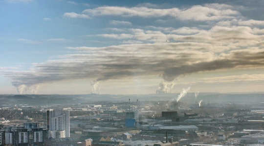 Power station emissions dominate the view from the city of Leeds in West Yorkshire, UK. Image: idb1979 via Flickr