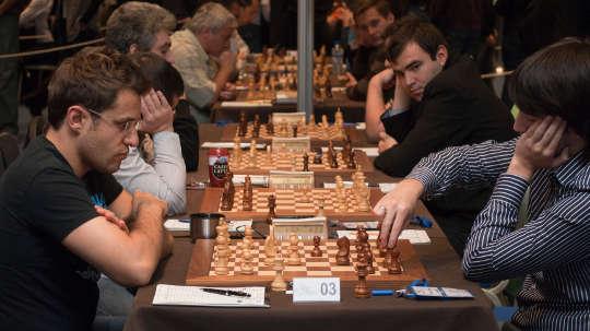지능있는 사람들은 체스에서 정말 더 나은가요?
