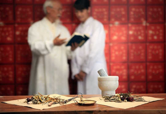 कैसे चीनी चिकित्सा प्रजनन क्षमता बढ़ाने के लिए एक समग्र विकल्प है
