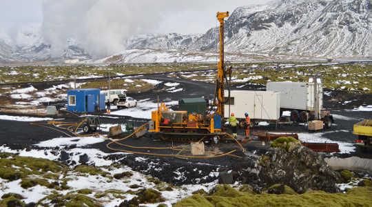冰島的試驗場,地熱發電廠的氣體被泵入地下,並通過與玄武岩石反應轉化為礦物。 Juerg Matter,作者提供