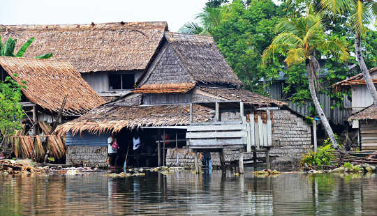 Baie huise is naby die seevlak op die Solomons. Simon Albert, outeur verskaf