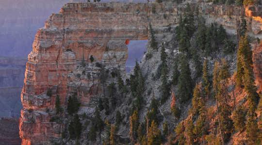 Nascer do sol na janela do anjo, borda norte, parque nacional de garganta grande. Serviço de Parques Nacionais / Wikimedia, CC BY-SA