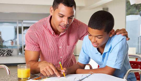 För mycket hjälp med läxan kan hindra ditt barns lärande framsteg
