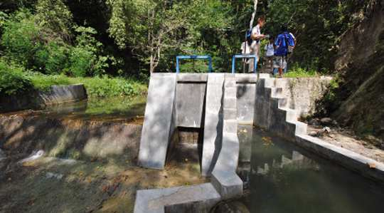 Vaikka vesi ei kiiruhda tämän mikrohydraattilaitoksen läpi Kamanggihin kylässä, se auttaa tuottamaan riittävästi sähköä yli 300-koteihin. Kuva: Cleo Warner
