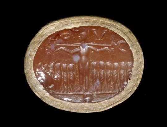 Constanza edelsteen met die gekruisigde Christus, omring deur 12-apostels. Britse Musem BK BY-NK-SA 4.0