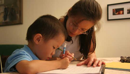 어린 아이들은 독서를하기도 전에 글을 쓰고 있습니다. Steven Yeh, CC BY-NC-ND