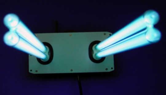 这种无滤光系统使用荧光灯来清洁空气