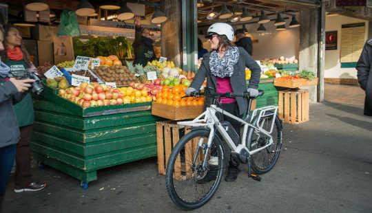 骑自行车给人们和社区带来更好的健康。