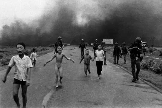 Yhdeksänvuotias Phan Thị Kim Phúcin kauhistuttava kuva muutti monien ihmisten näkemyksiä Vietnamin sodasta. Nick Ut, CC BY