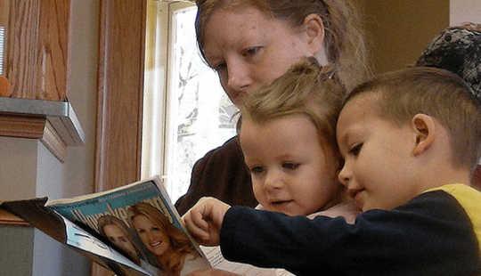 Mamma läser med barn. Diana Ramsey, CC BY
