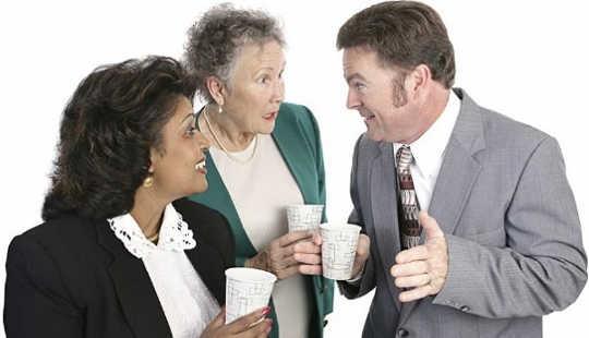 ¿Es el chisme una habilidad social o un defecto de carácter?