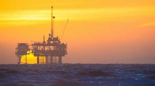 太阳落在海上石油钻井平台上。 图片:troy_williams通过Flickr