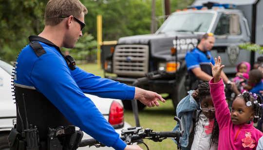 Afroamerikanische Jungen werden häufiger in der Schule verhaftet als andere Schüler. Nord Charleston, CC BY-SA