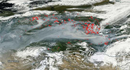 빨간 점들은 7 월 22에서 시베리아에서 화재를 대표하며, 서쪽으로 수천 킬로미터의 연기가 난다. NASA 월드뷰