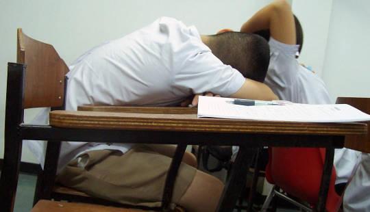 Hvorfor tenåringer trenger å starte skolen senere
