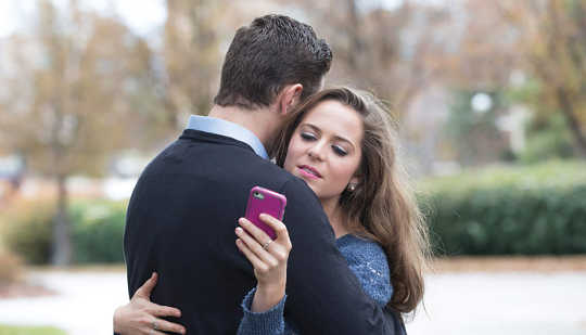 Why Smartphones Could Be Ruining Your Love Life