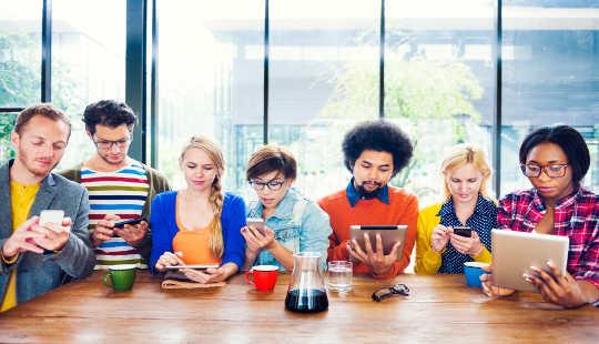 소셜 미디어에서 대부분의 시간은 사람들을보고 있습니다.