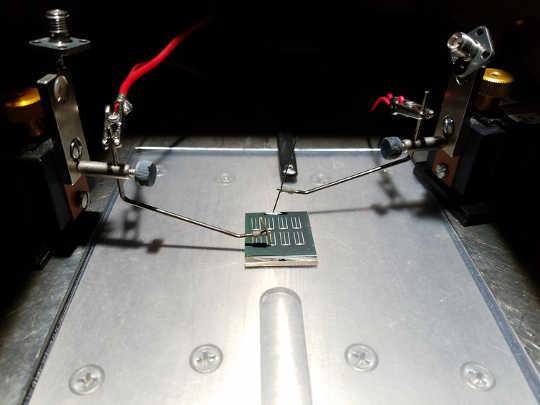 Testa CZTS-solceller under simulerat solljus. Tara Dhakal / Binghamton University, författare tillhandahållen