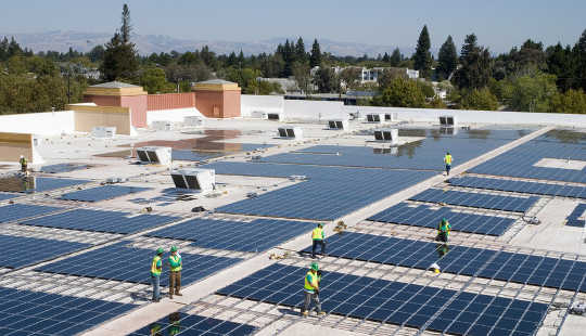 Paneles solares en un techo de Walmart, Mountain View, California. Walmart / Flickr, CC BY