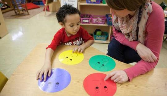Skal barn lære følelser ved siden av deres ABC?