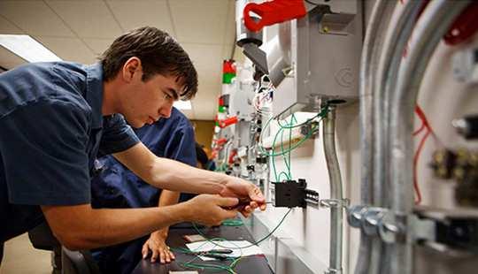 営利目的の貿易学校は、より多くの借金、より少ない雇用を提供する