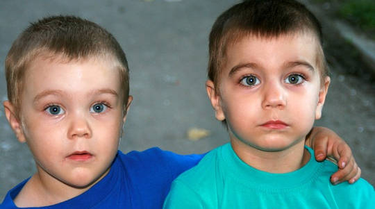 Hur kan tvillingar ha olika fäder?