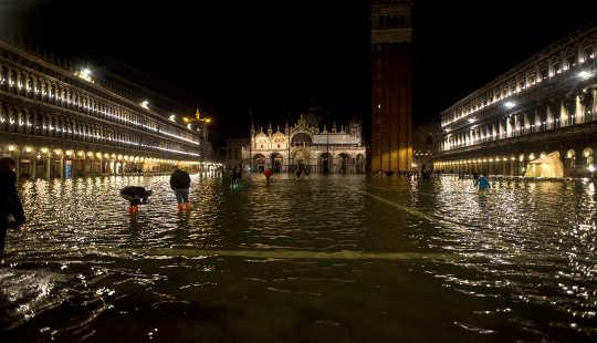 탐험 한 단어 중 하나는 베니스와 같은 장소를 방문한 후 기후 변화의 영향으로 영구적으로 변경되었습니다. 저작권 Mike DeSocio