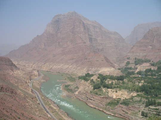 भूस्खलन बांध के ऊपर की ओर से जिशी गॉघ का एक दृश्य, लगभग 20 लाख साल पहले चीन में एक महान बाढ़ को फैलाया था। ग्रे सिल्ट जमा पानी के ऊपर दर्जनों मीटर दिखाई दे रहे हैं। वू क़िंग्लॉन्ग, सीसी बाय-एनसी