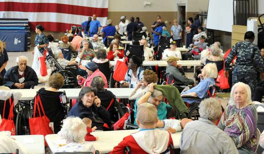 Moradores de lares de idosos evacuados da paróquia de Plaquemines, Louisiana durante o furacão Isaac