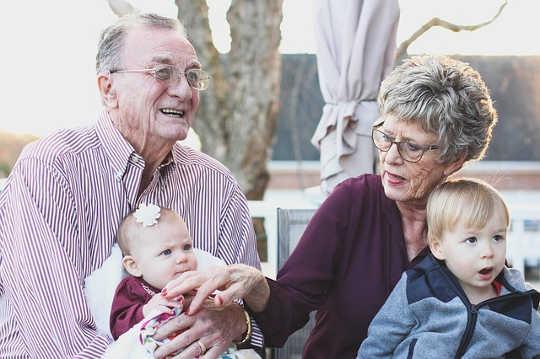 Почему больше бабушек и дедушек поднимают своих внуков