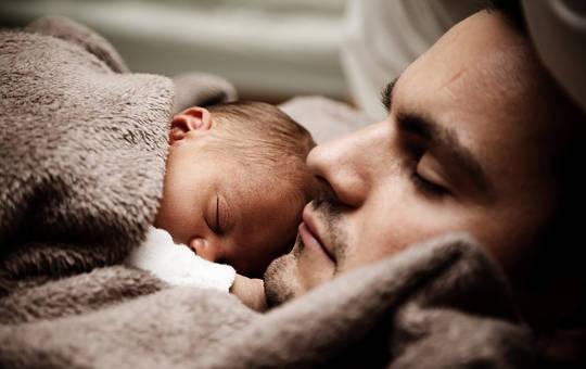 Por qué los hombres también tienen depresión posnatal