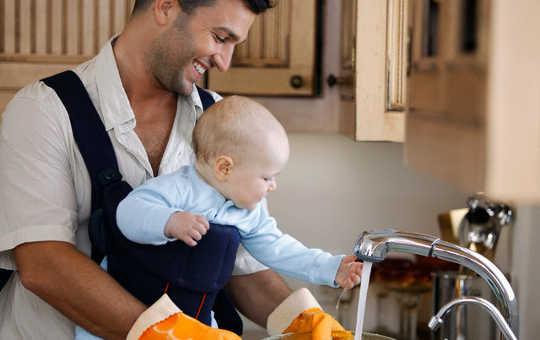 Comment les règles d'être un papa changent comme les rôles de genre continuent à se brouiller