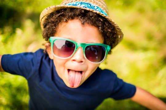 Hoe om jou kinders te help ontwikkel 'n sin vir humor