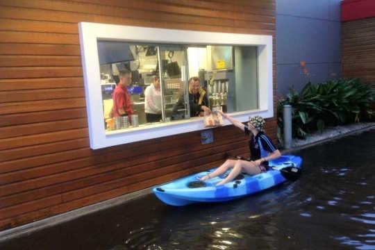 Warum sollten Sie niemals ins Hochwasser fahren?