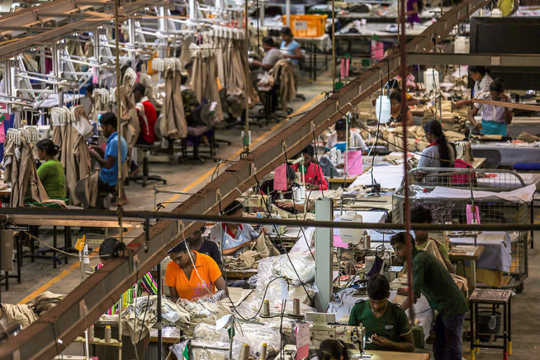 同じ布から切りますか? アジアの労働者。 アジア開発銀行/ Flickr、CC BY-NC-ND