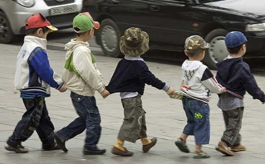 Mengapa Anak-Anak Berjuang Untuk Melintasi Jalan Sibuk Secara Aman
