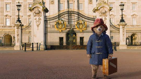 Cómo el oso Paddington encontró un hogar feliz en las estanterías del mundo
