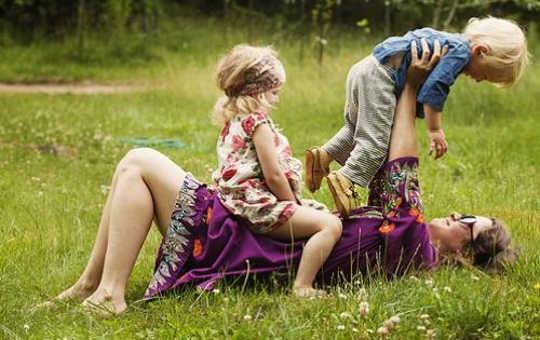 Horser avec de jeunes enfants les fait rire et les aide à apprendre